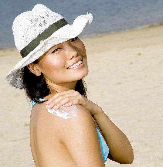 foto cewek cantik dengan sunblock di pantai