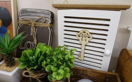 Caja armarito con puerta, para colgar las llaves. Mini-planta-artificial.