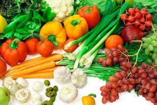 Vegetales y frutas. Morrones, zanahorias, ajos, tomates, rabanitos, nabos, aceitunas, uvas y otros