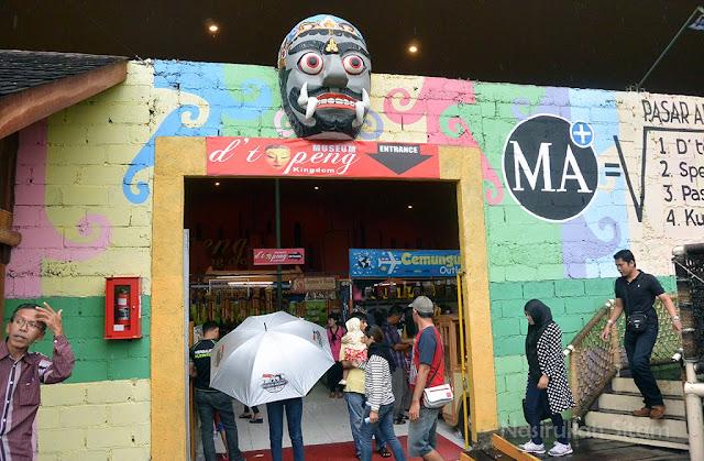Masuk ke dalam Museum Topeng gdi area Museum Angkot, Malan