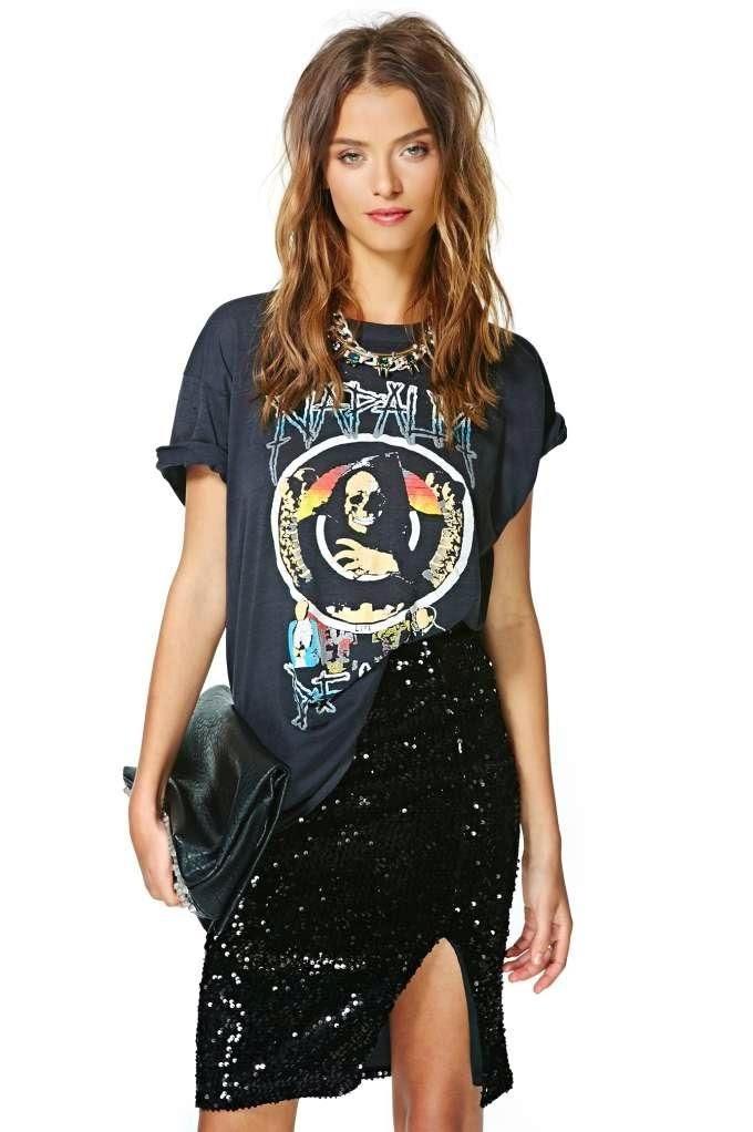 camiseta com estampa de caveira e saia preta com brilho