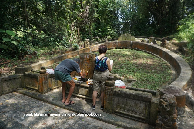 Paying respects to ancestors during Qing Ming at Bukit Brown