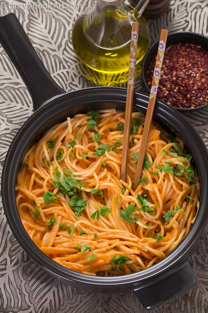 Spaghetti in creamy roasted bell pepper sauce recipe