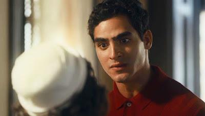 Lúcio (Jhona Burjack) perde a cabeça com Isabel (Giullia Buscacio) em 'Éramos Seis' — Foto: Globo