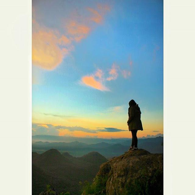 foto sunrise di puncak bukit cumbri