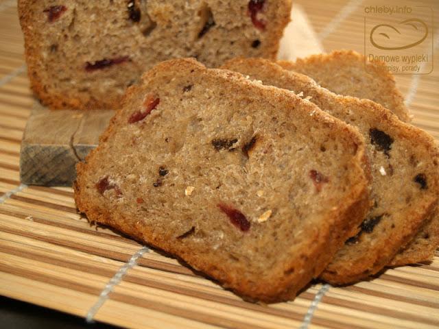Chleb pszenny z otrębami owsianymi, śliwkami i żurawiną
