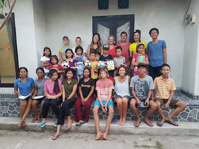 Reyes, sus hijos, otras personas voluntarias y gente del proyecto en Nusa Penida.