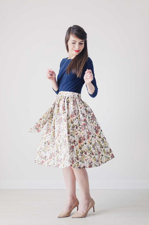706a114700 Dzięki luźnemu splotowi tkaniny i domieszce lnu sukienka jest bardzo  komfortowa. Do sukienki dołączona jest osobna szarfa