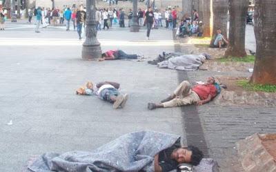 Pessoas dormindo na rua