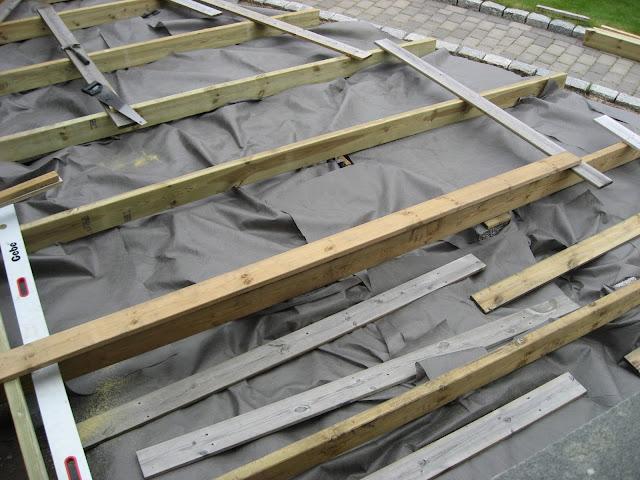 Bygge terrasse - tips. Tykk markduk er lagt på. Furulunden
