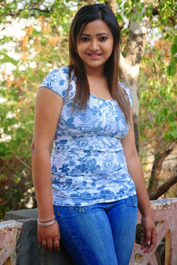 Swetha Basu Prasad hot in jeans