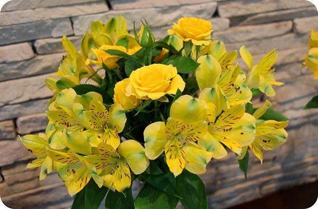 Decoração da Mesa do Bolo do Noivado Flores