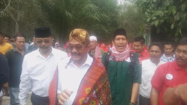 Calon Gubernur Djarot Disematkan Ulos Simalungun, Ulos Batak Toba dan Blangkon