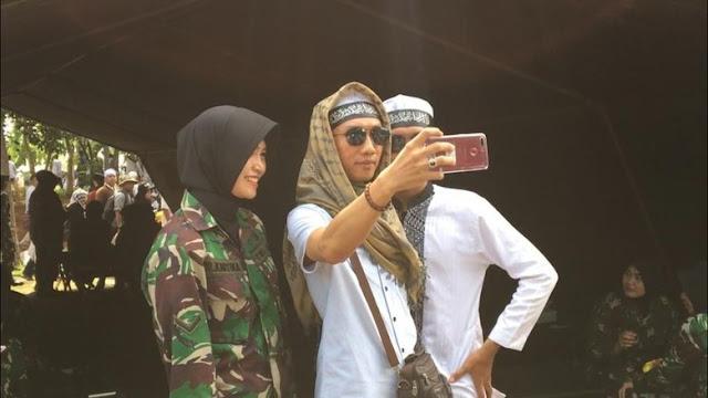 Saat Tentara Cantik Jadi Sasaran Selfie Peserta Reuni 212