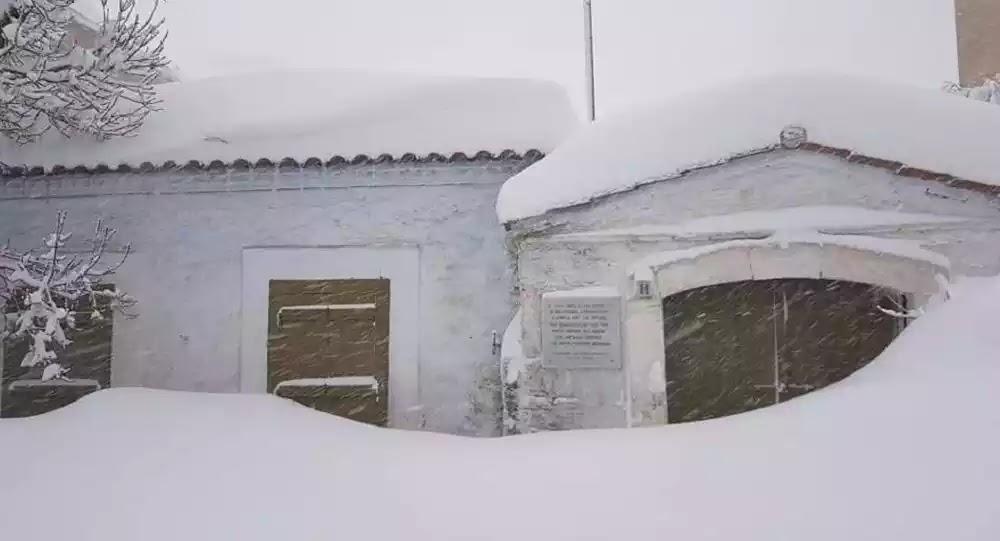Περιπολικό θάφτηκε στα χιόνια στα Βίλια (vid)