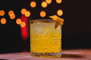 A bebida, uma mistura de ervas e especiarias que tem como base o zimbro, uma fruta encontrada na Europa e que é parecida com a uva