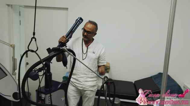 Dr Ruban menunjukkan sebahagian dari peralatan yang di gunakan di klinik beliau