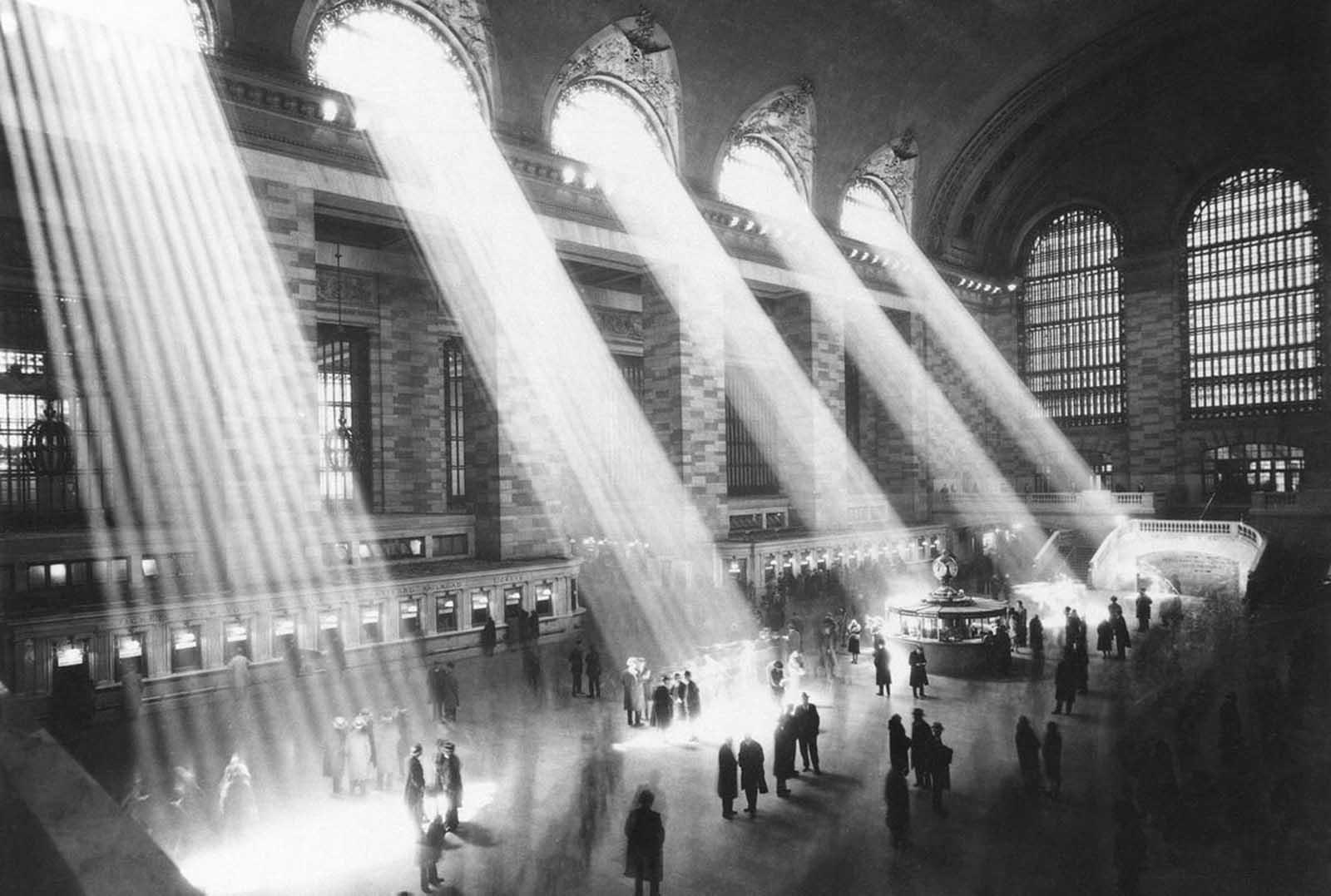 La luz del sol fluye a través de las ventanas en el vestíbulo de la Terminal Grand Central en la ciudad de Nueva York en 1954.