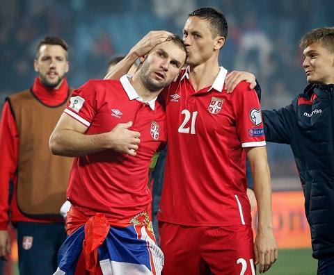 Nemanja Matic hôn người đồng đội cũ ở Chelsea Ivanovic trong ngày vui Serbia trở lại sân chơi thế giới
