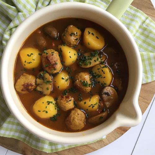 Curry-Kartoffeltopf mit Bratwurstklößchen