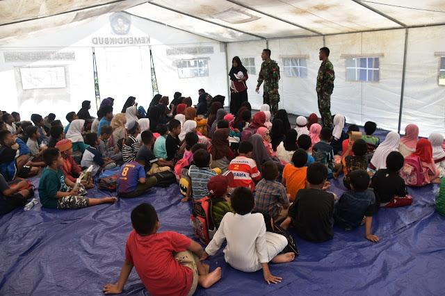 Prajurit TNI Bantu Mengajar Murid SD di Sekolah Darurat Balaroa Palu