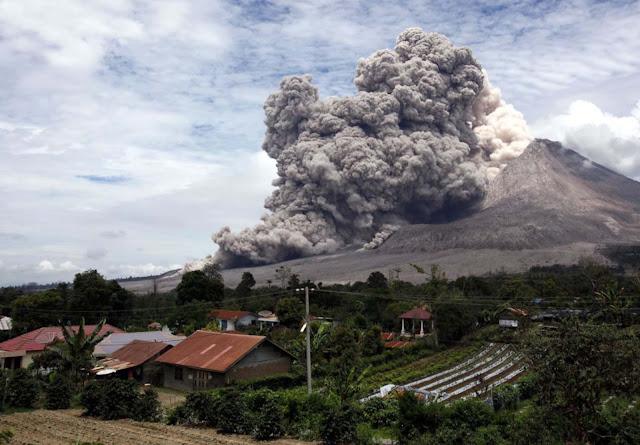 Kepulan asap Gunung Sinabung
