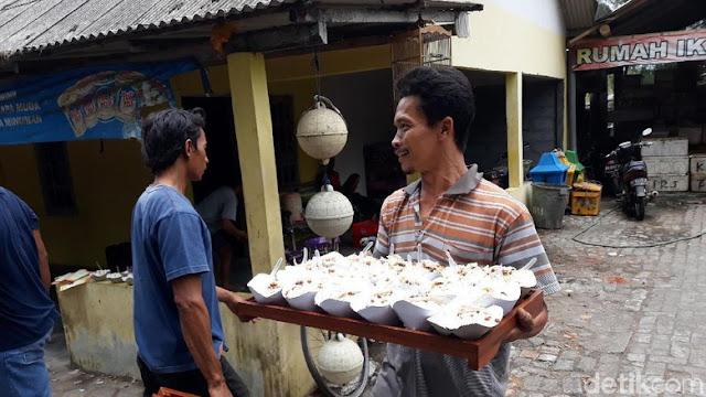 Sedekah Laut Dibubarkan, Makanannya Dibagi ke Pengunjung Pantai