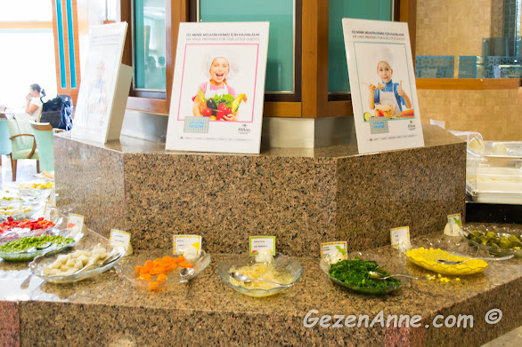 haşlanmış sebzeler ve etler bulunan bebek büfesi, Hilton Dalaman Sarıgerme otel