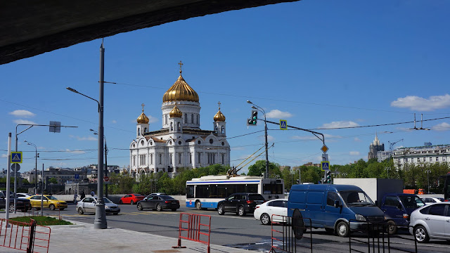 Фото Храма Христа Спасителя из-под моста