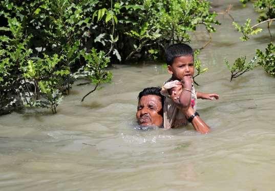 Pria%2BRohingya%2Bbawa%2Banak - Foto-Foto Terbaru Pengungsi Rohingya, Dijamin Berkaca-kaca Melihatnya