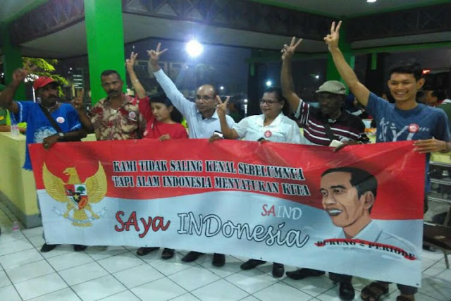 Perwakilan relawan pendukung Jokowi dari Papua yang tergabung dalam Saind (Saya Indonesia) saat membentangkan banner pesan persaudaraan di Asrama Haji Donohudan, Boyolali.. ©2016 Merdeka.com