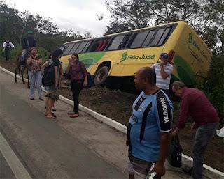 Uma pessoa morre e duas ficam feridas em acidente com carro e ônibus na BR-104, na PB