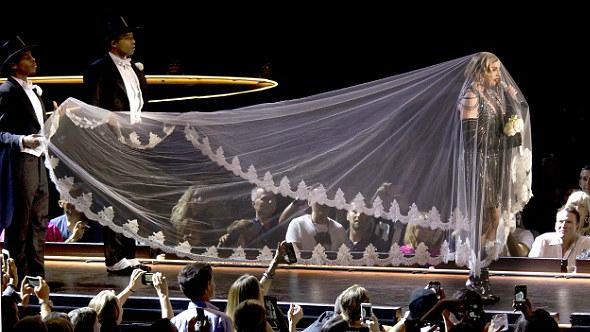 Madonna tuvo un incidente con su vestuario durante concierto en Tailandia.