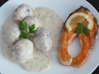 Somon la gratar cu cartofi copti in sos de smantana / Grilled salmon with baked potatoes in sour cream sauce