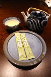 Complimentary green tea crackers and teas at Hanayashiki Ukifuneen