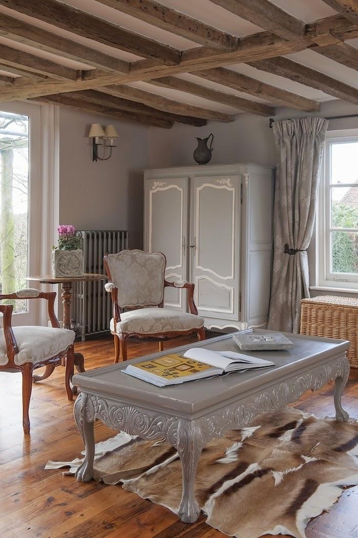 Stary, drewniany dom w Anglii, wystrój wnętrz, wnętrza, urządzanie domu, dekoracje wnętrz, aranżacja wnętrz, inspiracje wnętrz,interior design , dom i wnętrze, aranżacja mieszkania, modne wnętrza,styl francuski, styl klasyczny, styl rustykalny, stary dom, dom po remoncie, drewniane belki, salon
