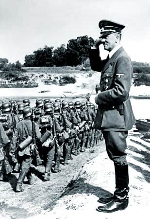 Adolf Hitler que revisa a tropas en el frente del este, 1939