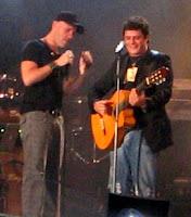 Foto de Gian Marco o Gianmarco cantando con Alejandro Sanz