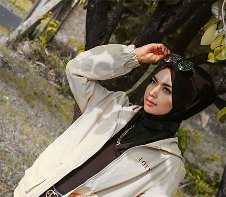 Indyrach Pakai Hijab Hitam