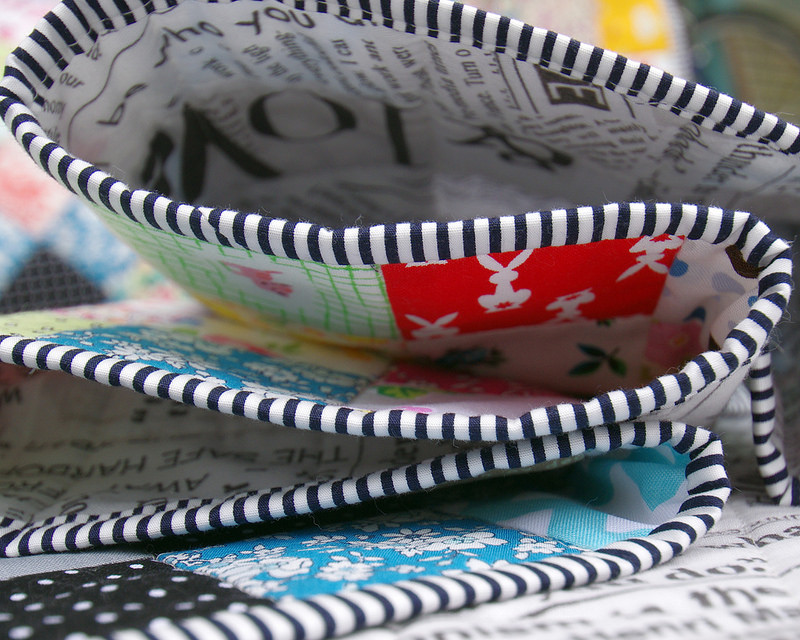 Memoire A Paris Irish Chain Quilt - black & white stripe binding | Red Pepper Quilts 2016
