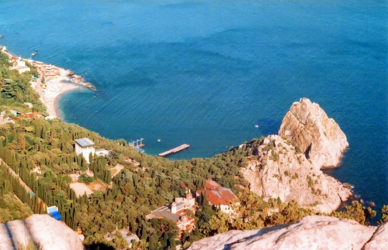 Вид с горы Кошка на набережную и скалу Дива