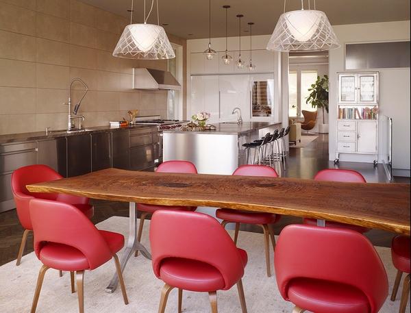 Dapur modern dengan balutan meja berkayu klasik