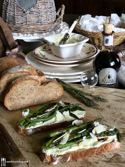 bruschette con gli asparagi