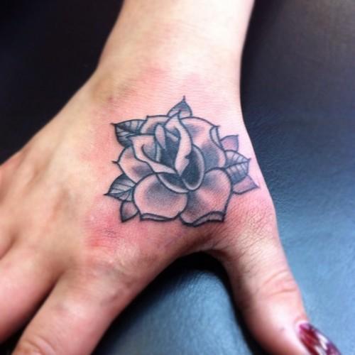 Pequena Rosa Tatuagem Na Mão