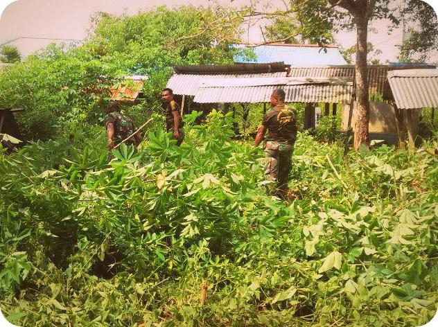 TNI dan Masyarakat Bersihkan TPI Kampung Emete