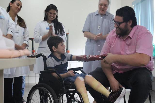 Menino de 7 anos ganha prótese de mão em 3D inspirada no Homem-Aranha