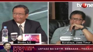 Mahfud MD tertawa saat Rocky Gerung sebut strategi Jokowi kacau./Foto: YouTube/TV one