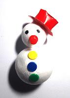 Muñeco de nieve hecho por niños como decoración navideña.