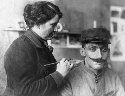L' artiste en plein travail, Anna Coleman Ladd a aidé beaucoup d'hommes défigurés et qui avaient honte de leur condition à pouvoir simplement revenir vers les leurs et pouvoir aussi sortir sans déclencher des réactions de dégoût vis-à-vis de leur visage horrifiants