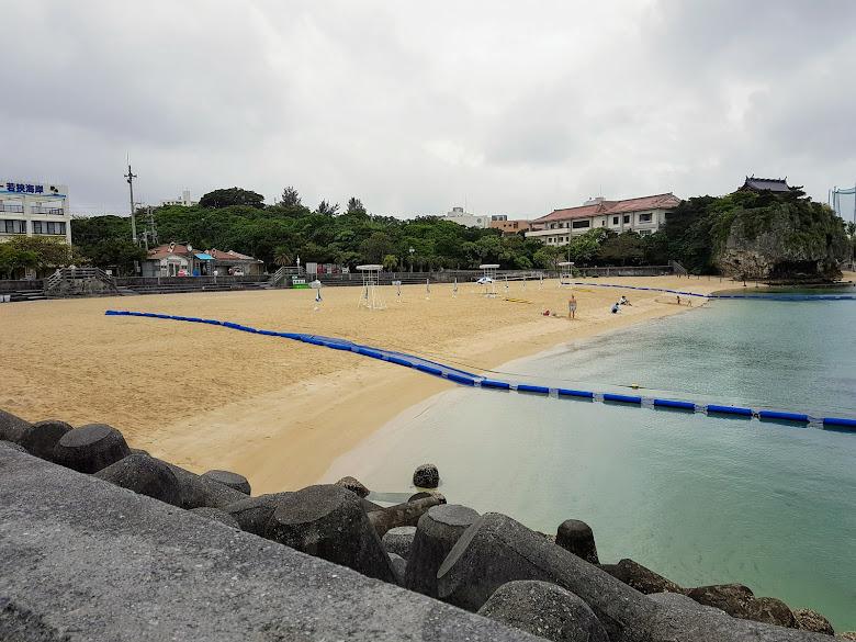 波上宮旁的港內沙灘,警戒線與救生員都有